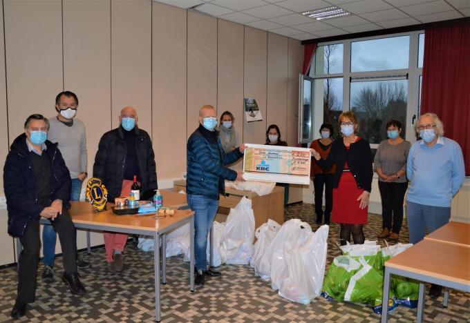 Lions Club Blankenberge schonk maaltijden en een cheque aan de Sint-Vincentiusvereniging.© WK