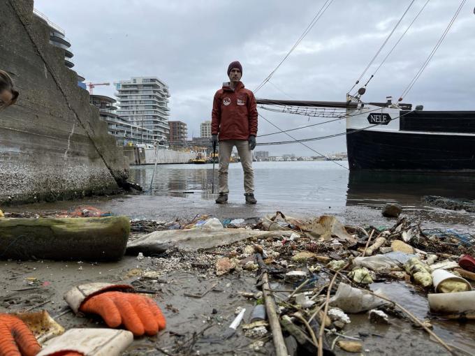 Tim Corbisier ging samen met enkele vrijwilligers aan de slag om de slibway te vrijwaren van afval.©Jeffrey Roos JRO