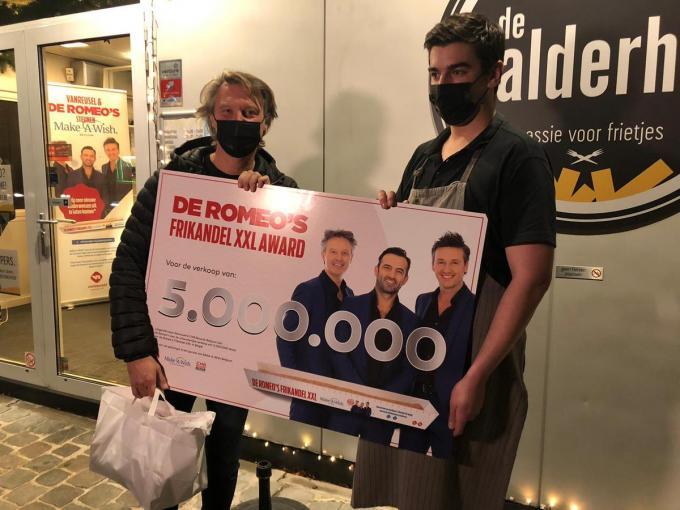 Ook Romeo Chris Van Tongelen is fier op zo'n groot aantal verkochte XXL-frikandellen.