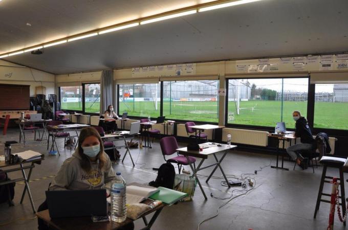 De studenten kunnen zich voorbereiden op hun examens in de voetbalkantine.© KVCL