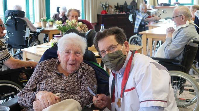 Bisschop Lode Aerts helpt in woonzorgcentrum Herdershove in Brugge. (Foto Curando Noord)