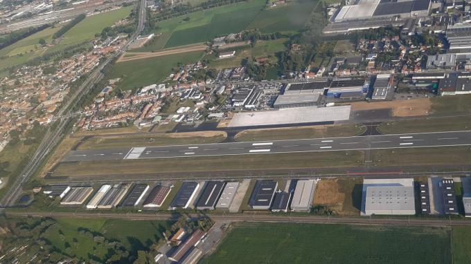 De 'vernieuwde' luchthaven met centraal in het wit, het grote platform voor business jets.© SLW