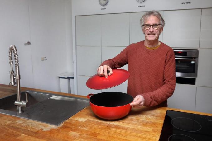 """Noël Steen in de keuken: """"Sinds ik met pensioen ben, probeer ik wat meer te koken. Maar een talent ben ik zeker niet.""""©Johan Sabbe"""