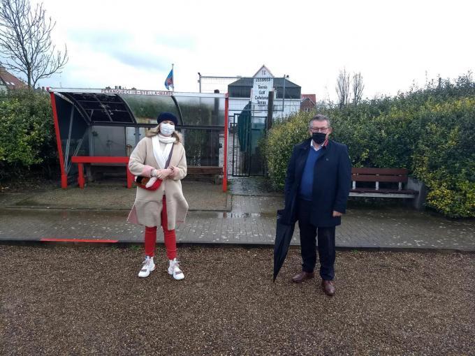 Mercedes Van Volcem en Dirk De fauw bij de verloederde tennisclub Zeebries in de Zeebrugse srandijk (foto svk)