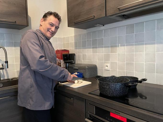 Kok Franky Boone spendeert zijn Oostendebon aan een feestmaaltijd voor vier alleenstaanden.