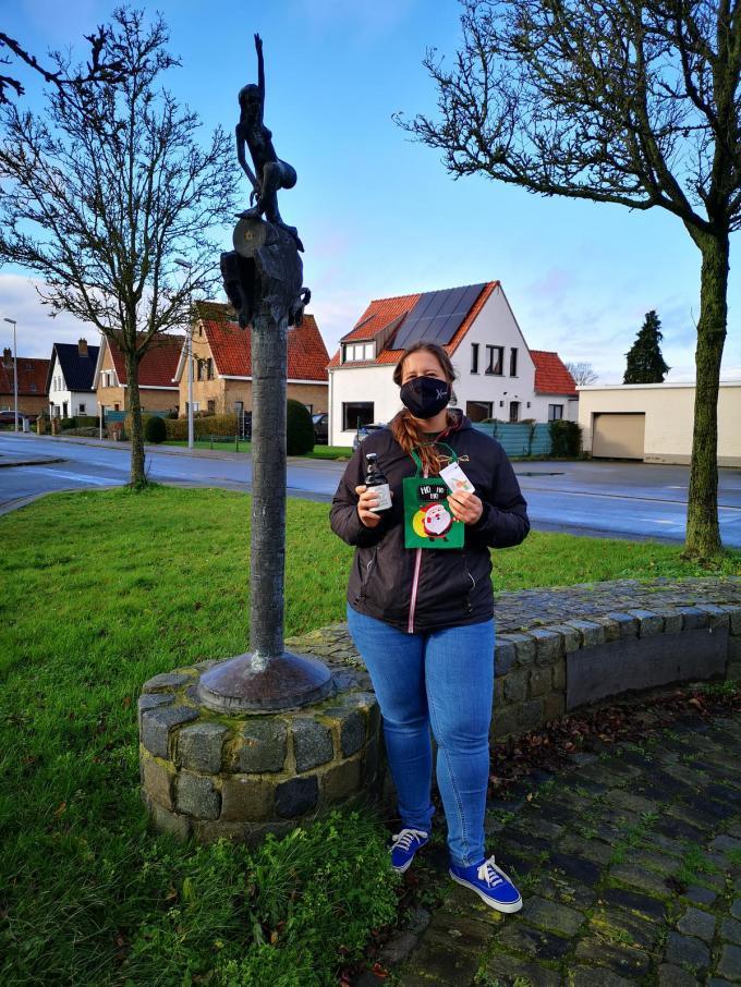 Gemeenteraadslid Britte Roelants op pad om de biertjes te verstoppen.© PDV