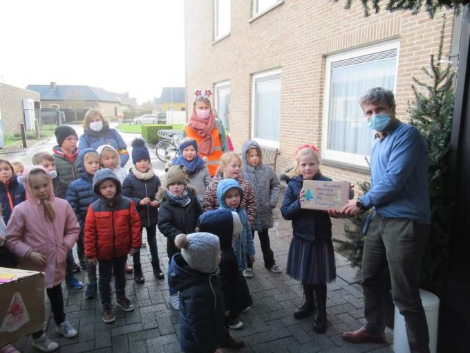 De kinderen van de Buitenschoolse Kinderopvang Reninge maakten kerstkaartjes met een warme kerstgroet voor de bewoners van het woonzorgcentrum.© (Foto GF)