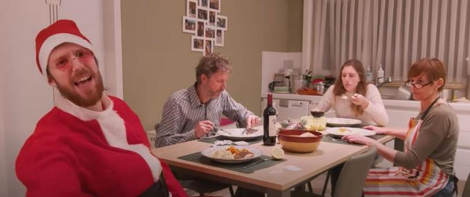 Rappende kerstman 'eRNA' aan tafel met zijn vader Wim, zus Hanne en moeder Karien.© Screenshot YouTube