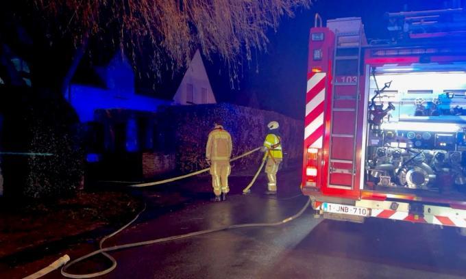De brandweer had het vuur snel onder controle, maar het huis werd wel onbewoonbaar verklaard.© foto JVM