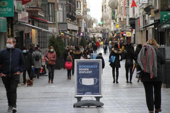 De Kapellestraat in Oostende moest zaterdagmiddag even afgesloten worden wegens te grote drukte.©Jeffrey Roos foto JRO