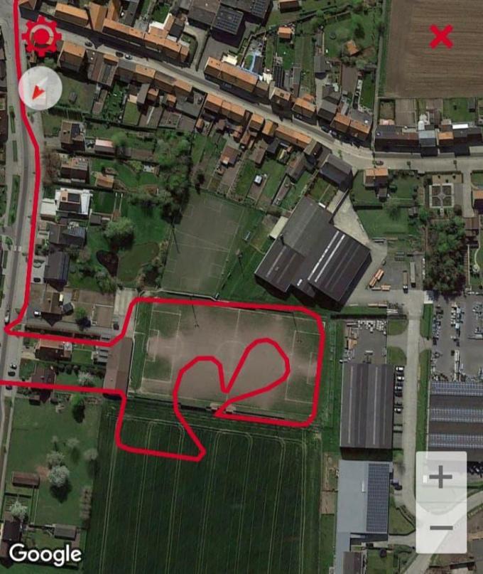 Scheidsrechter Maarten Beydts uit Ieper liep zondagochtend tijdens een looptraining in alle vroegte een 'hartje' op het voetbalveld van JV Lo-Reninge in Reninge.© GF