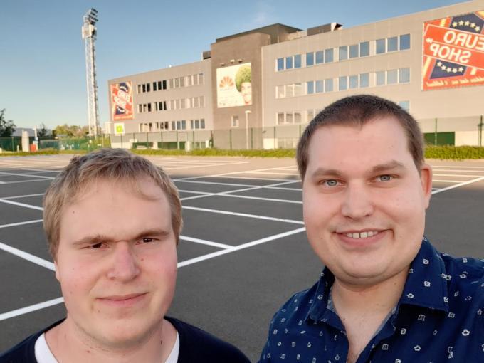 Brecht en Pieter Deruytter met achter hen het Schierveldestadion.