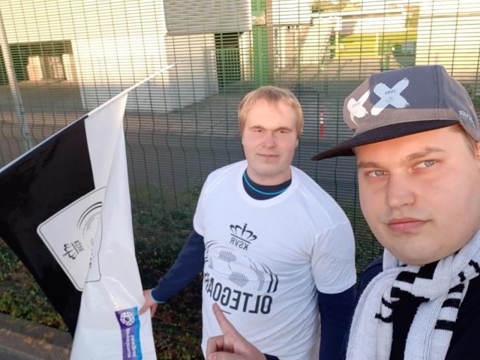 Brecht en Pieter getooid als KSVR-supporters.