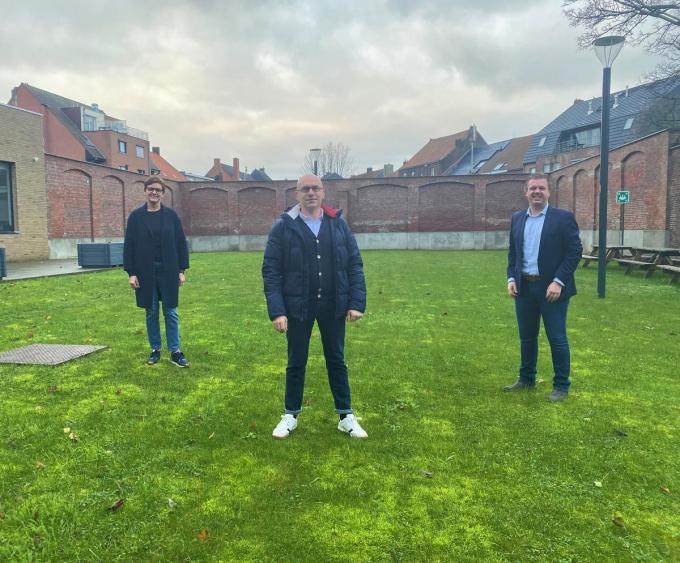 Tom 'Tometeo' Dutoit (centraal) met schepen Caroline Maertens en burgemeester Bert Maertens.© gf