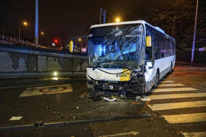 De bus van De Lijn liep zware averij op.© CLL