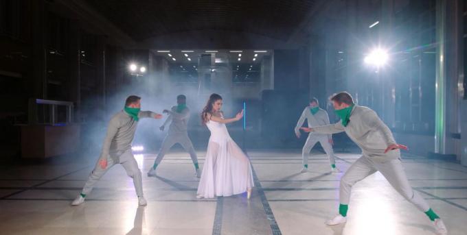 Ballerina Enora Oplinus stelt onze vrijheid voor, die bedreigd wordt door het coronavirus.© TWICE