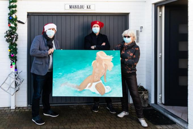 Vliegende reporters Jef Castelein en Lars Cattrijsse haalden bij kunstenares Magda De Schepper een kunstwerk op dat tijdens de Live Kerstshow werd geveild. Het schilderij bracht 500 euro op. (foto MM)©Ph.Depoortere
