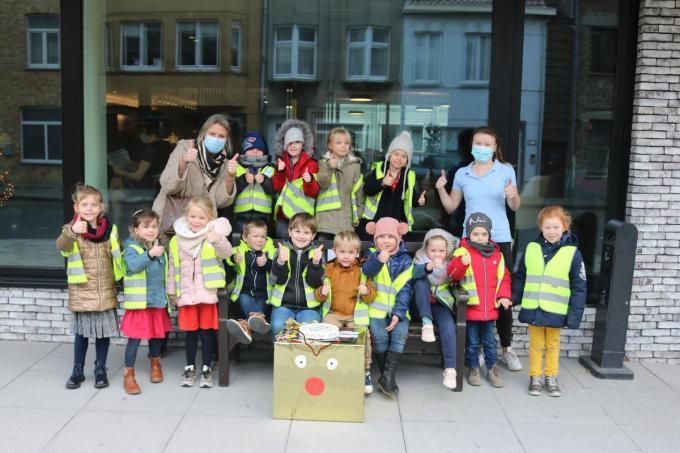 De kleuters van de Sint-Pietersschool en juf Mieke met hun kerstkunstwerkjes.