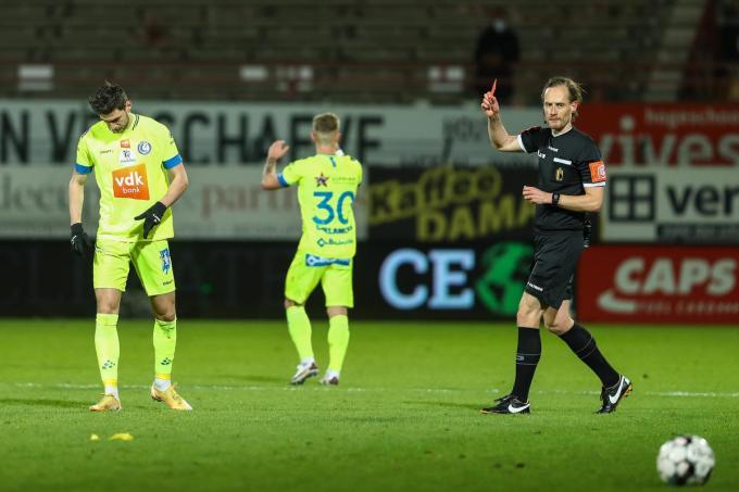 Roman Yaremchuk krijgt een rode kaart van scheidsrechter Wim Smet tijdens de match tegen KV Kortrijk.©DAVID PINTENS BELGA