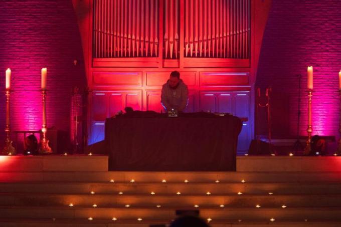 Dj Stijn VM van dancing Illusion draait zijn set in de Sint-Stephanuskerk in Vichte met aangepast licht, geluid, een professionele draaitafel en een paar speciale effecten.© (Foto GF)