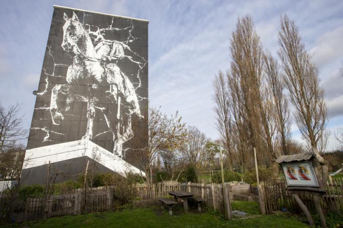 """Matthias Schoenaerts maakte een muurschildering in Oostende. """"Hij kwam zelf met dat voorstel. Wij vonden dat een heel goed idee"""", zegt Bart Tommelein.© BELGA"""