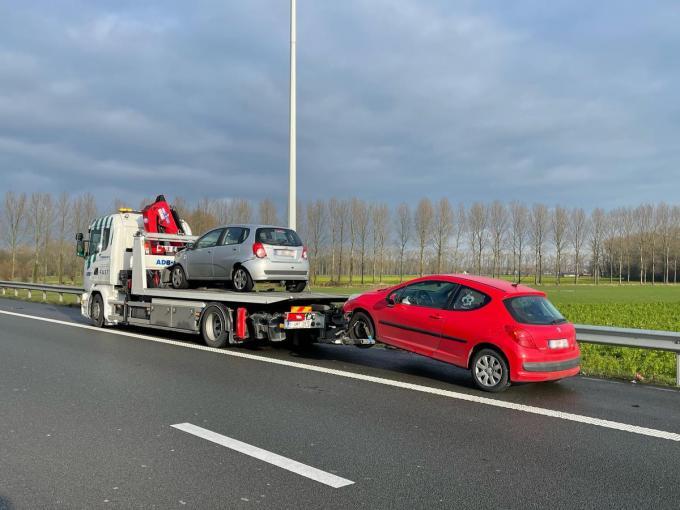De grijze auto was van eerste ongeval, de rode van het tweede.© (Foto JVM)