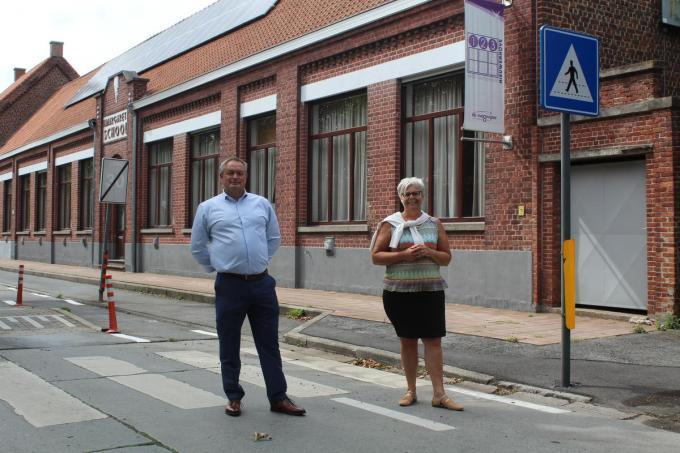 Schepenen Philip Himpe en Maria Polfliet kondigen de heraanleg van de schoolomgeving in Nieuwenhove aan.© PNW