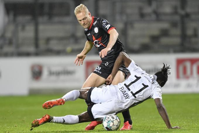 Olivier Deschacht (SV Zulte Waregem) en Amara Baby (Eupen) tijdens de match op dinsdag 29 december.©JOHN THYS BELGA