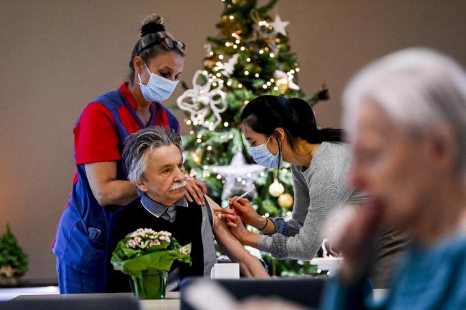 De vaccinatieronde in de woonzorgcentra moet volgens het huidige schema tegen eind februari afgerond zijn.©POOL DIRK WAEM BELGA