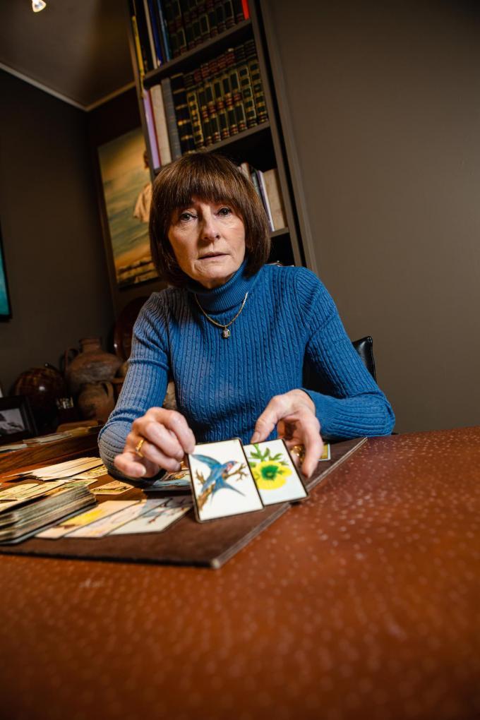"""Tine Dewaele met haar tarotkaarten: """"Mensen zoeken een houvast.""""© Davy Coghe"""