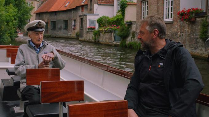 Tom Waes met bootjesman Edmond Coucke op de Brugse reien. De 100-jarige man is intussen jammer genoeg overleden.© Eén