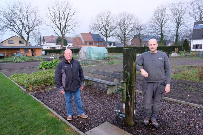 Jerome Depoorter en Jan Pauwels van TuinHier, de verenging die mee zijn schouders zet onder het volkstuinpark. (foto BC)