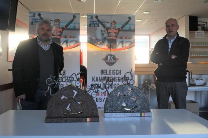 De beide kunstwerken van Marc Vanhecke vergezeld van burgemeester Dirk Verwilst.© WDV