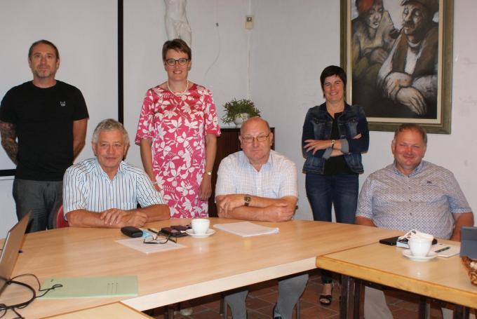 We zien algemeen directeur Wouter Accou, burgemeester Liefooghe en de schepenen Karolien Avonture, Johan Albrecht, Sylvie Thieren en Jacques Blanckaert.©Anne Bovyn AB
