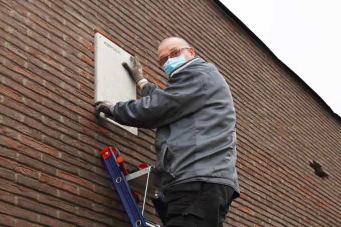 Eddy Vandenbouhede installeerde vijf vleermuizenkasten, waarin de dieren zomer en winter kunnen spenderen.©Myriam Van den Putte MVO