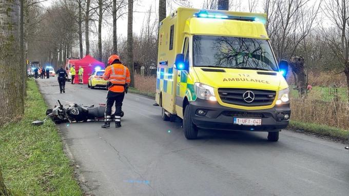 De opgeroepen hulpdiensten probeerden de jonge motorrijder nog te reanimeren, maar alle hulp kwam te laat. (foto JVM)
