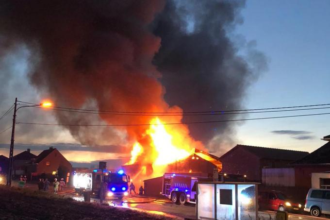 De hulpdiensten waren de hele nieuwjaarsdag in de weer met de nablussing van de uitslaande loodsbrand in Sint-Jan-ter-Biezen en een bijkomende asbest- en milieuvervuiling in de buurt.