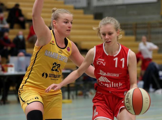 Hanne Mestdagh verdedigt op Marie-Astrid T'jollyn.© (Foto VDB)