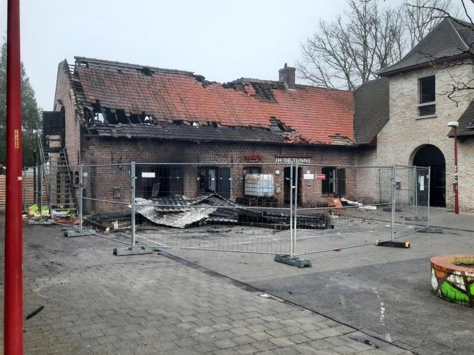 Jeugdhuis De Tunne is grotendeels vernield. De jongste maanden waren er geen activiteiten, maar het gebouw - eigendom van de stad - zal ook heropgebouwd moeten worden.