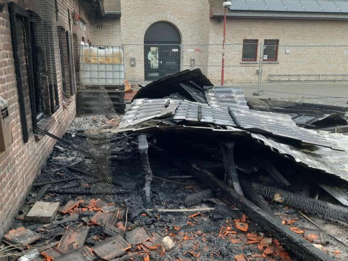 Een bank - die nu helemaal zwart geblakerd is - werd in brand gestoken. Het vuur sloeg daarna over naar het jeugdhuis dat enorm zware schade opliep.