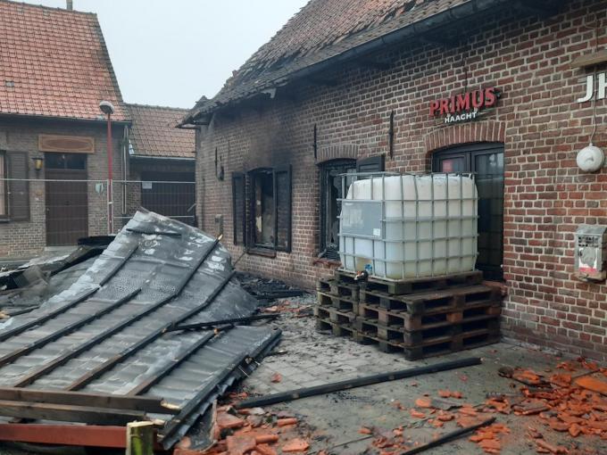 De brand werd gesticht onder de luifel waardoor uiteindelijk ook het hele gebouw in de vuurzee opging.