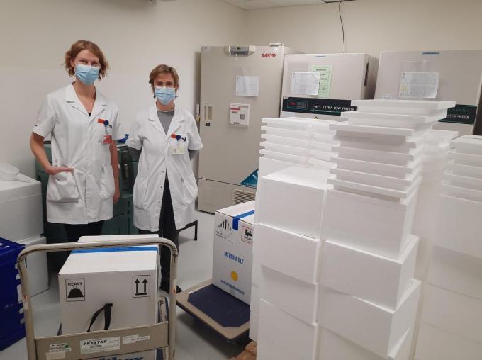 Apotheker Veroniek Ryssaert en hoofdapotheker Ann-Sofie Vanthournout (rechts) waren in de wolken met de levering van de Pfizer-vaccins.