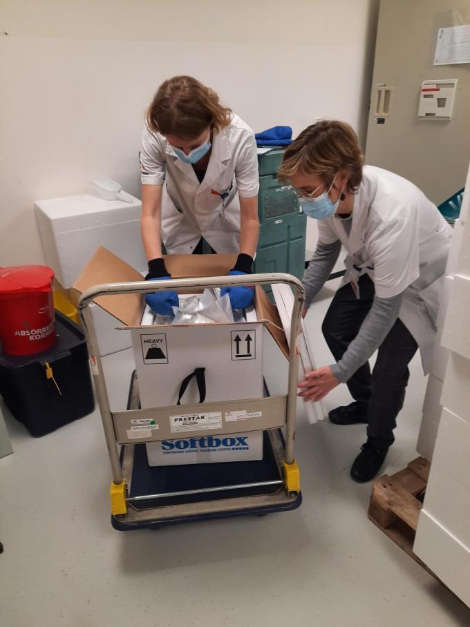 Het uitpakken van de vaccins die in droog ijs vervoerd werden gebeurde omzichtig.