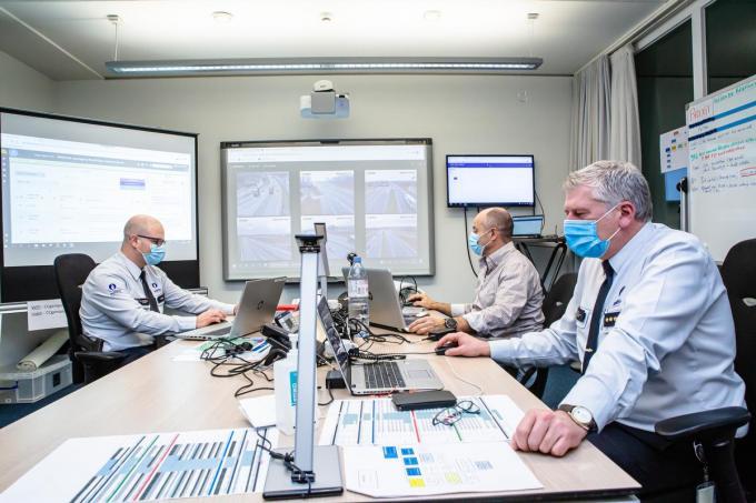 Het Brexit commandocentrum in het Brugs politiehuis, met hoofdcommissairs Yves Rotty (rechts) en hoofdinspecteur Wim Van Immerseel (links) (Foto Davy Coghe)©Davy Coghe Davy Coghe
