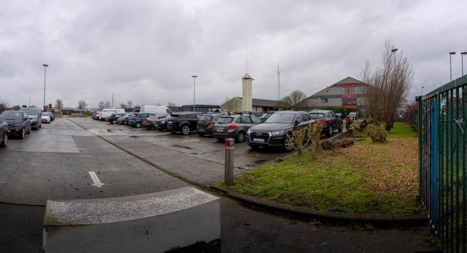 Op het vroegere containerpark kan het gemeentepersoneel nu hun wagen kwijt.© LC