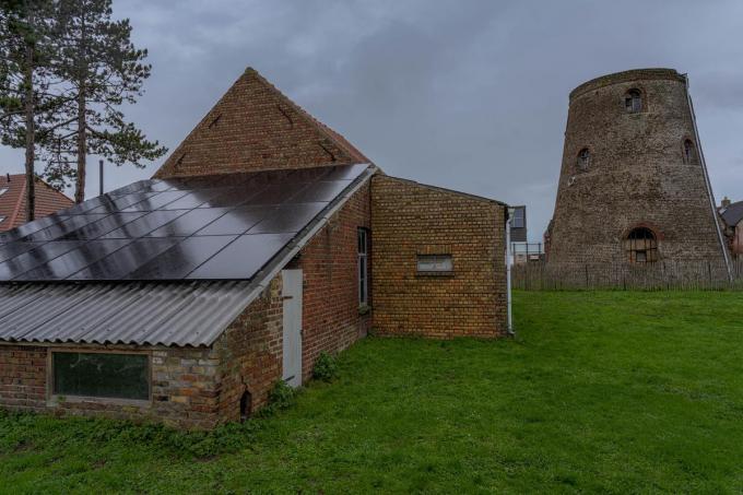 Het 'kiekenkot' werd voorzien van 28 zonnepanelen.© LC