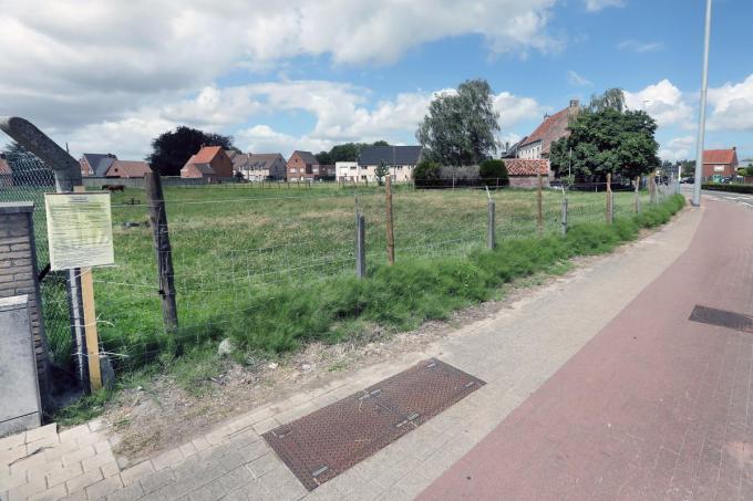 Het voorste deel van de weide aan de rotonde 't Engelshof zou als groenzone behouden blijven. De Hubo is op het achterste deel aan de Zomerstraat voorzien.©Johan Sabbe