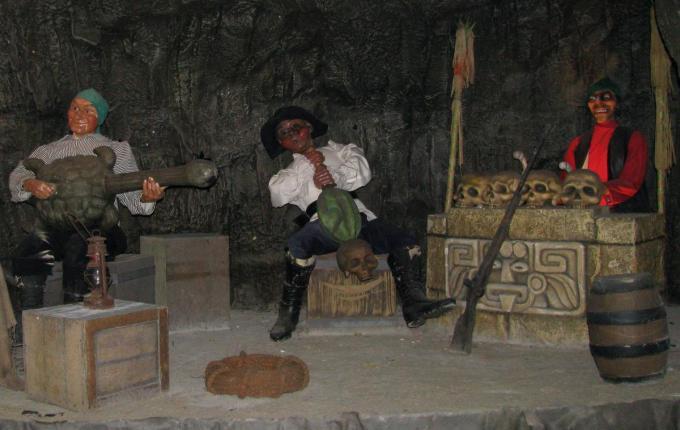Los Piratas was een voormalige, geliefde attractie in Bellewaerde park waarbij je met een bootje langsheen diverse piratenscènes voer.© GF