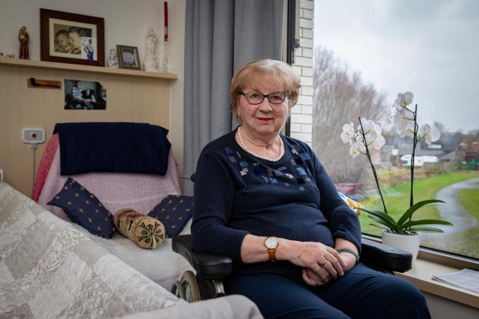 """Monique Van Coillie in haar kamer in De Zonnewende in Meulebeke. """"Ik woon hier graag en zou er nog graag heel wat jaren bij doen. En daarom zijn we blij met het vaccin.""""©Kurt Desplenter Foto Kurt"""