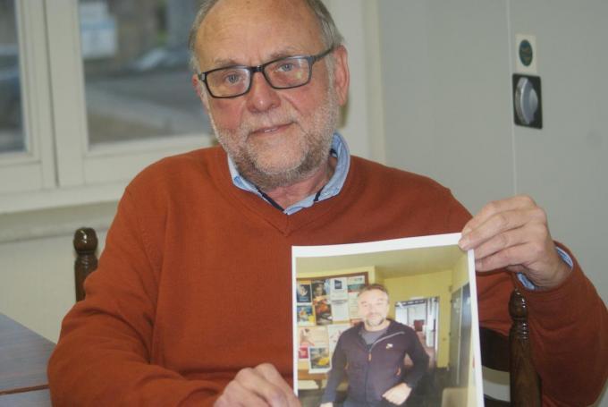 Leo Bonte met die ene foto van Tom Waes die collega Kristien Delancker op 8 juli op het gemeentehuis heeft gemaakt.© AB